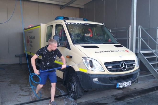 Helfer bei der Fahrzeugpflege